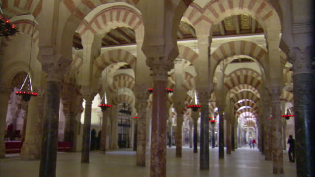 ms, pan, interior colonnades in great mosque of cordoba, cordoba, andalusia, spain - mesquita stock videos & royalty-free footage