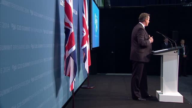 vídeos y material grabado en eventos de stock de interior cutaway shots of british prime minister david cameron giving a press conference at the g20 conference and walking off the stage on november... - primer ministro británico