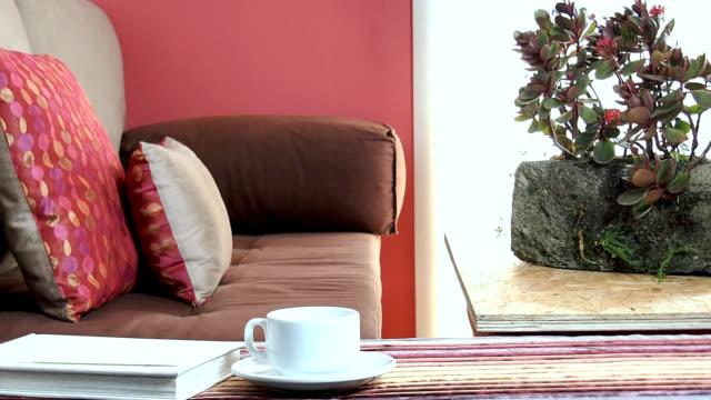 interieur des modernen wohnzimmer dekoration - pink color stock-videos und b-roll-filmmaterial