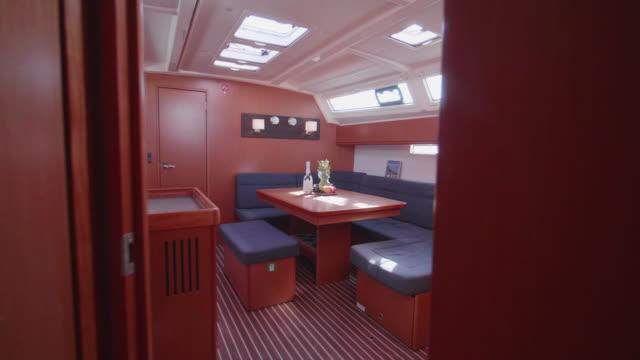 vídeos de stock e filmes b-roll de interior dining room on a sailboat boat. - sala de jantar