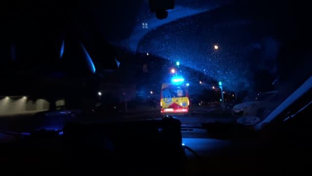 vídeos y material grabado en eventos de stock de interior image of police car behind ambulance - ambulancia