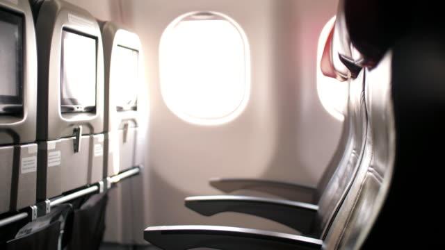 vídeos de stock e filmes b-roll de interior inside of airplane in cabin passenger - painel de cristal líquido