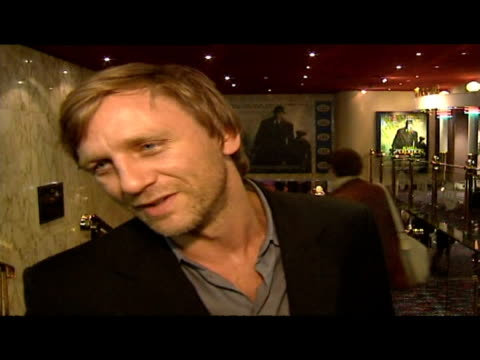 vídeos de stock, filmes e b-roll de interior interview actor daniel craig at road to perdition film premiere - daniel craig ator