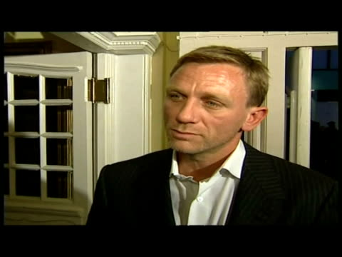 vídeos de stock, filmes e b-roll de interior interview actor daniel craig on red carpet at layer cake film premiere - daniel craig ator