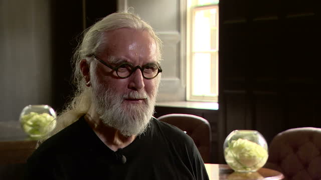 stockvideo's en b-roll-footage met interior interview with billy connolly on receiving a knighthood on 16 june 2017 in london united kingdom - billy connolly