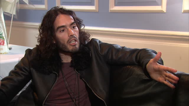stockvideo's en b-roll-footage met interior interview with comedian russell brand arguing that his work to promote abstinence based addiction recovery is not incompatible with his view... - middelenmisbruik