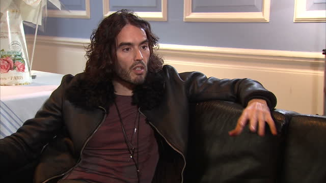 stockvideo's en b-roll-footage met interior interview with comedian russell brand speaking about his opinion on legalising drugs russell brand speaks on new drug addiction charity on... - middelenmisbruik