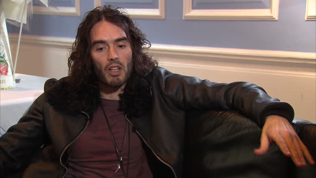 stockvideo's en b-roll-footage met interior interview with comedian russell brand speaking about why he believes the legalisation of drugs would have a positive impact on drug... - middelenmisbruik