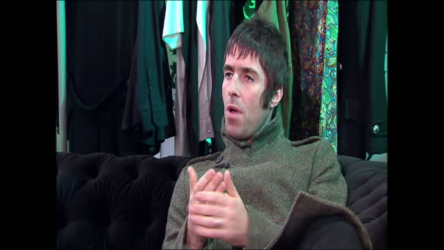 vídeos de stock e filmes b-roll de interior interview with former oasis frontman liam gallagher on the band's split and his future direction, with shots of liam signing autographs in... - autografar