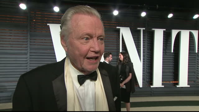 vídeos de stock e filmes b-roll de interior interview with jon voight speaking about the mix up of envelopes during the academy awards ceremony that lead to la la land being mistakenly... - festa do óscar