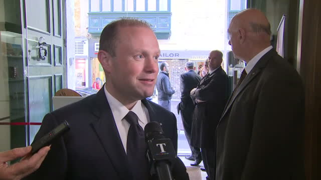 stockvideo's en b-roll-footage met interior interview with prime minister of malta joseph muscat about article 50 being invoked, triggering the uk's exit from the eu, saying that he's... - artikel