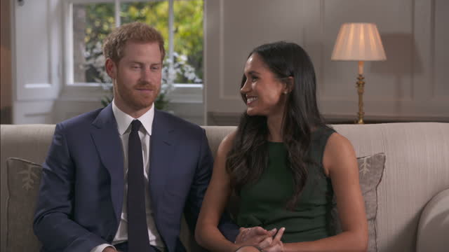 vidéos et rushes de interior interview with prince harry and meghan markle on the day the couple announced their engagement to the world on 27 november 2017 in london... - fiançailles