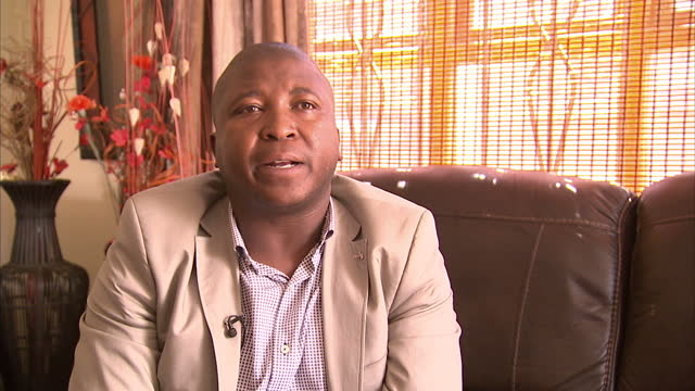 stockvideo's en b-roll-footage met interior interview with sign language interpreter thamsanqa jantjie apologising for his behaviour at the memorial for nelson mandela and explaining... - gauteng provincie