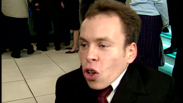 stockvideo's en b-roll-footage met interior interview with warwick davis at the premiere of harry potter and the philosopher's stone on november 4 2001 in london england - harry potter naam kunstwerk