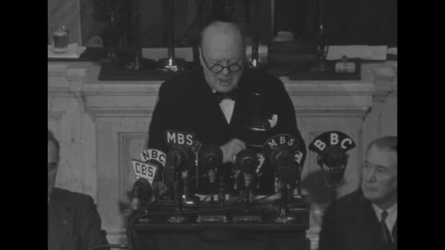 vídeos y material grabado en eventos de stock de interior joint session of us congress / winston churchill up steps to podium, shakes hands with vice president henry wallace & speaker of the house... - bbc
