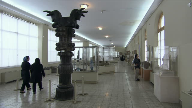 ws interior of 3rd hall of national museum of iran with achaemenid collection, tehran, iran - skåp med glasdörrar bildbanksvideor och videomaterial från bakom kulisserna