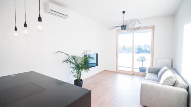 vídeos de stock e filmes b-roll de interior of a contemporary apartment - apartamento
