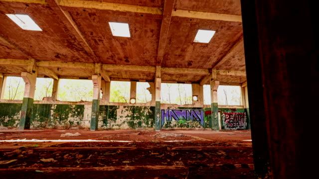 innenraum der alten fabrik - zurückgelassen stock-videos und b-roll-filmmaterial
