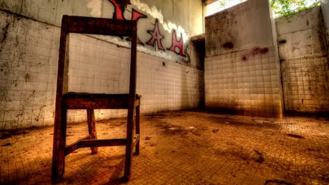 innenraum der alten fabrik - abandoned stock-videos und b-roll-filmmaterial