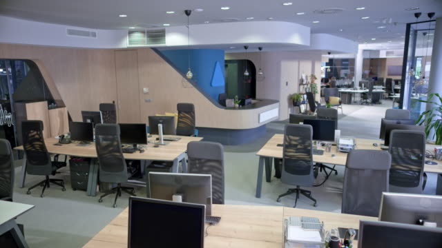 stockvideo's en b-roll-footage met cs interieur van een leeg call center - office