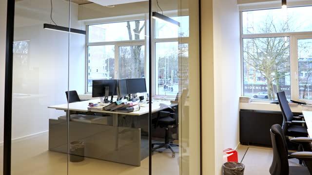 interior of an empty modern loft office freiraum - endlos film stock-videos und b-roll-filmmaterial