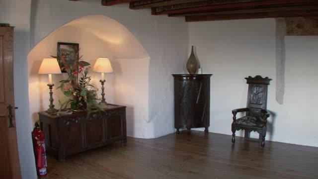 vídeos de stock e filmes b-roll de tu interior of castle room / banchory, scotland, united kingdom - estilo do século 16