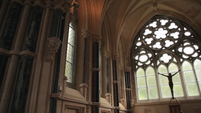 vidéos et rushes de mh la pan interior of chapel with statue of jesus christ / ireland - église