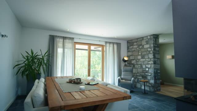 vidéos et rushes de intérieur de la maison intelligente propre avec des meubles - intérieur de maison témoin