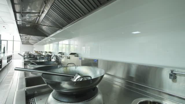 vídeos y material grabado en eventos de stock de interior de cocina comercial hotel - acero inoxidable