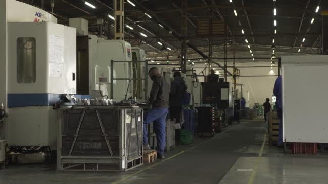 vídeos y material grabado en eventos de stock de interior of cpap ventilators factory in pretoria, south africa on thursday, august 27 2020. the south african ventilator emergency project have... - equipo respiratorio