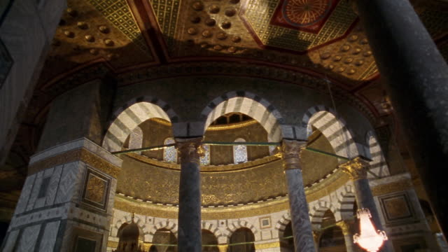vidéos et rushes de ms, pan, interior of dome of the rock, dome, jerusalem, israel - marble rock