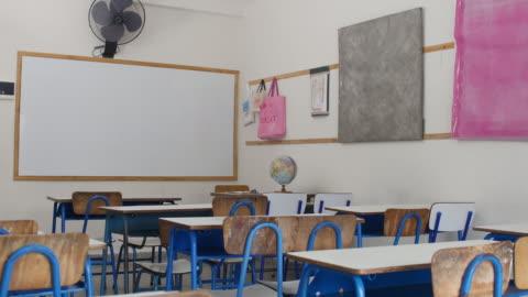 inre av tomt elementära klassrum i skolan - oskriven bildbanksvideor och videomaterial från bakom kulisserna