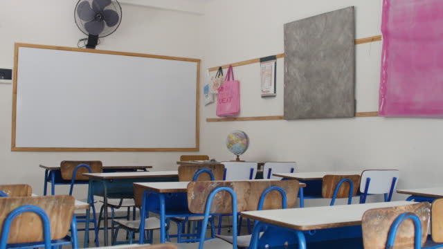 vídeos de stock e filmes b-roll de interior of empty elementary classroom in school - ausência