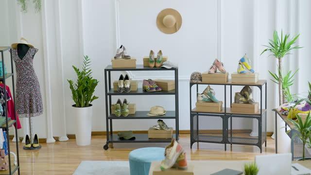 vídeos y material grabado en eventos de stock de interior de la tienda de moda - boutique
