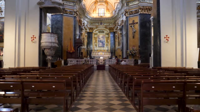 vidéos et rushes de interior of french church of gesù in nice, france. stately 17th-century church with an interior richly adorned with frescoes, cherubs & statues. - prier