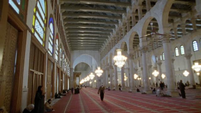 vídeos y material grabado en eventos de stock de ws, pan, interior of grand mosque of damascus, damascus, syria - alfombra de oración