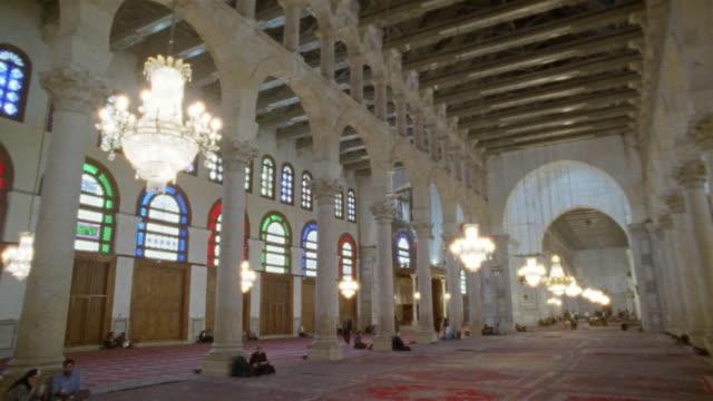 vídeos y material grabado en eventos de stock de ws, interior of grand mosque of damascus, damascus, syria - alfombra de oración