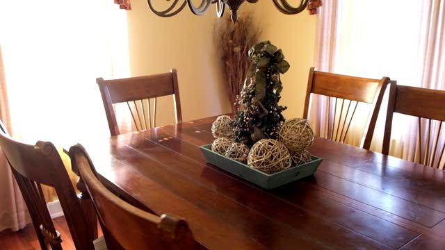 vídeos de stock, filmes e b-roll de interior of house. pan of chairs and table in the dining room. - sala de jantar