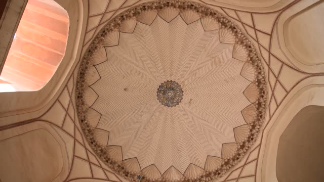 interior of humayun's tomb, delhi, india, - arco architettura video stock e b–roll