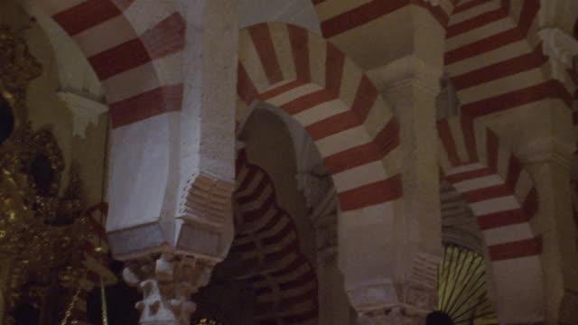 cu, td, interior of la mezquita cathedral, cordoba, spain - 金箔点の映像素材/bロール