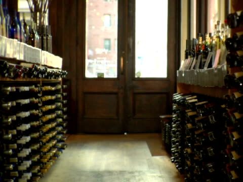 ms, interior of liquor store, soho, new york city, new york, usa - placca di montaggio fissa video stock e b–roll