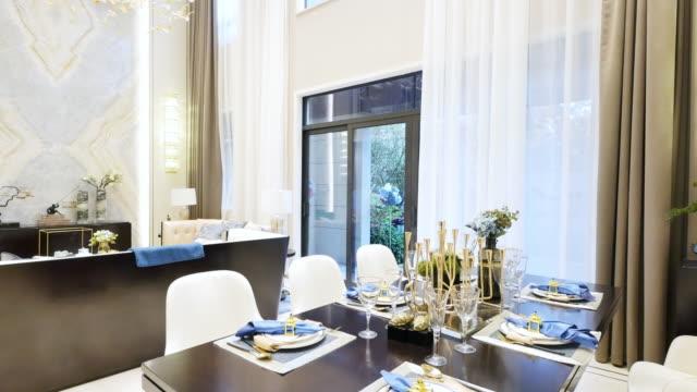 贅沢なインテリアのダイニングルーム - テーブルマナー点の映像素材/bロール