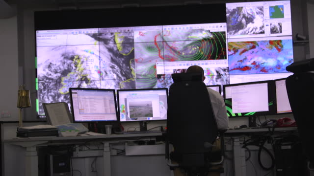 vídeos de stock, filmes e b-roll de interior of met office and digital weather maps used to predict the weather in their control centre - meteorologia
