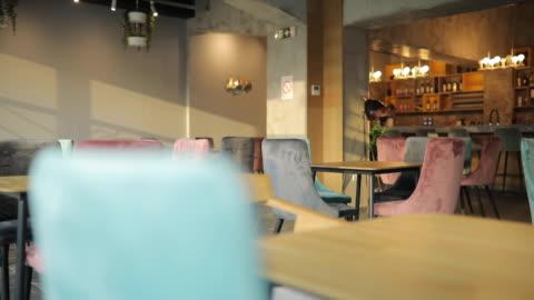 vídeos de stock e filmes b-roll de interior of modern cafe - sparse