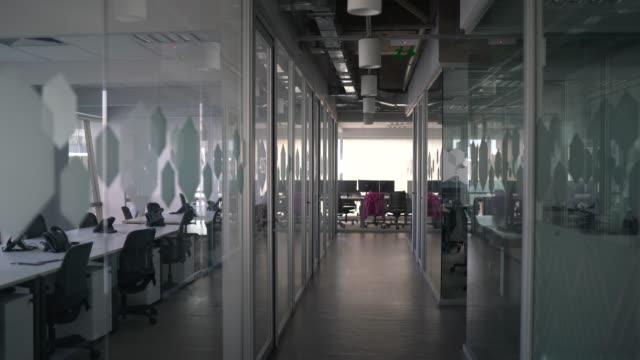 vidéos et rushes de intérieur du bureau moderne vide - agence de design