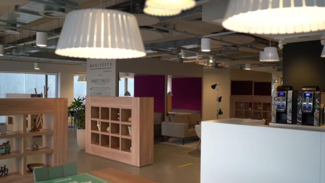 stockvideo's en b-roll-footage met interieur van modern kantoor leeg - absentie