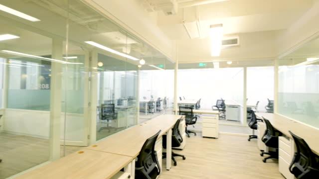 vidéos et rushes de intérieur de bureau moderne - chaise de bureau