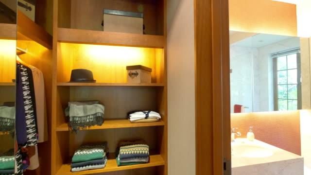 vídeos de stock e filmes b-roll de de guarda-roupa interior da moderna 4 k - closet