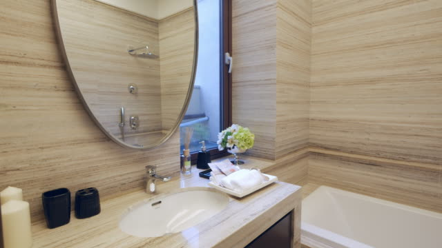 interieur des modernen badezimmer 4 k - domestic bathroom stock-videos und b-roll-filmmaterial