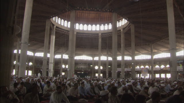 vídeos de stock e filmes b-roll de ws interior of mosalla mosque crowded with men at friday prayer / qom, iran - 2006